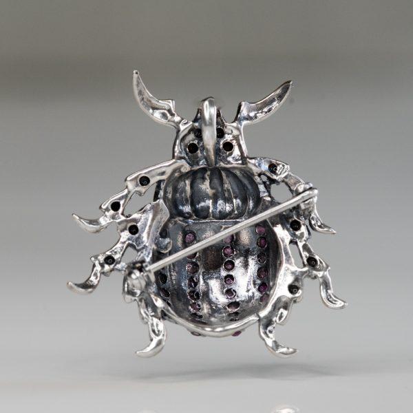 Brosa argint scarabeu